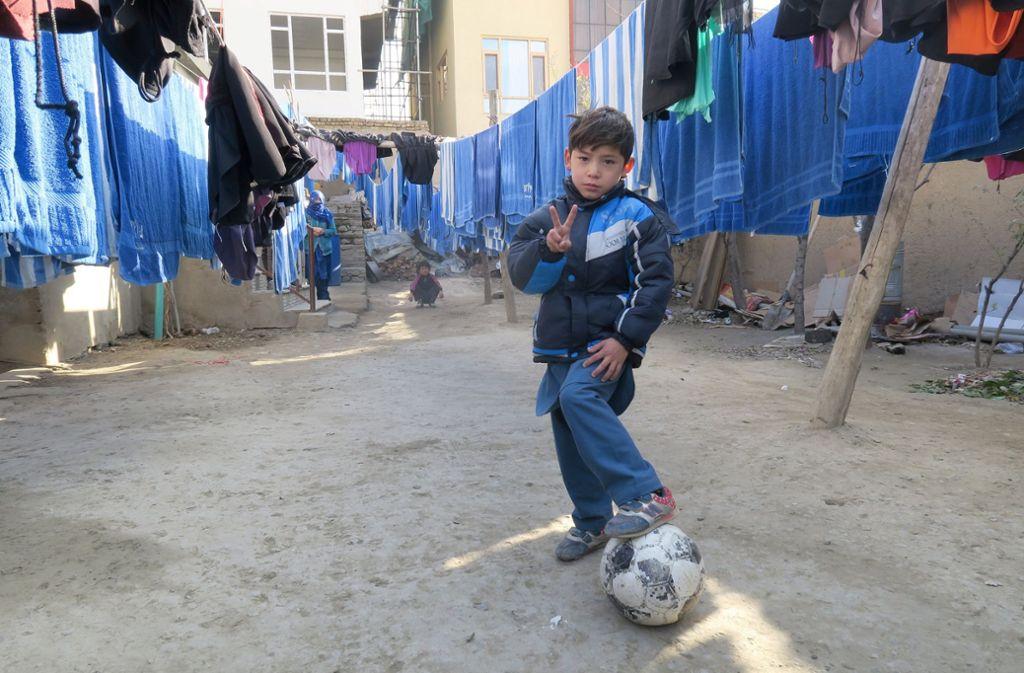 Der kleine Messi-Fan Murtasa musste vor den Taliban fliehen – seinen signierten Ball ließ er zurück. Foto: dpa
