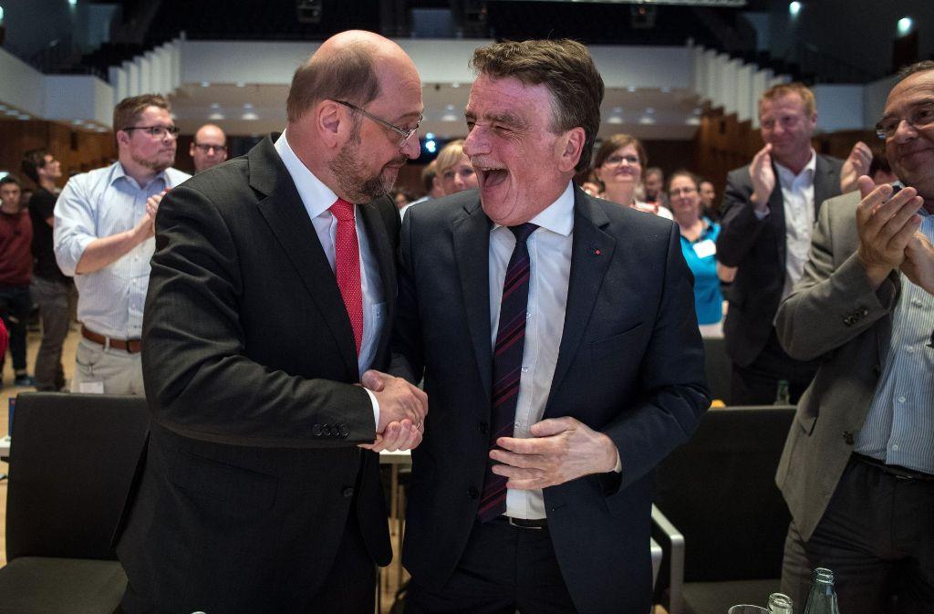 Martin Schulz beglückwünscht Mike Groschek zur Wahl als neuem Landesvorsitzenden in NRW. Foto: dpa