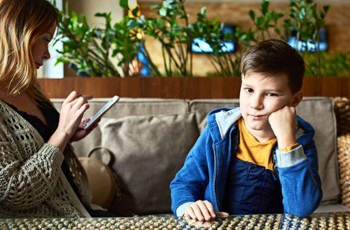 Eltern, die zu oft  aufs Smartphone schauen