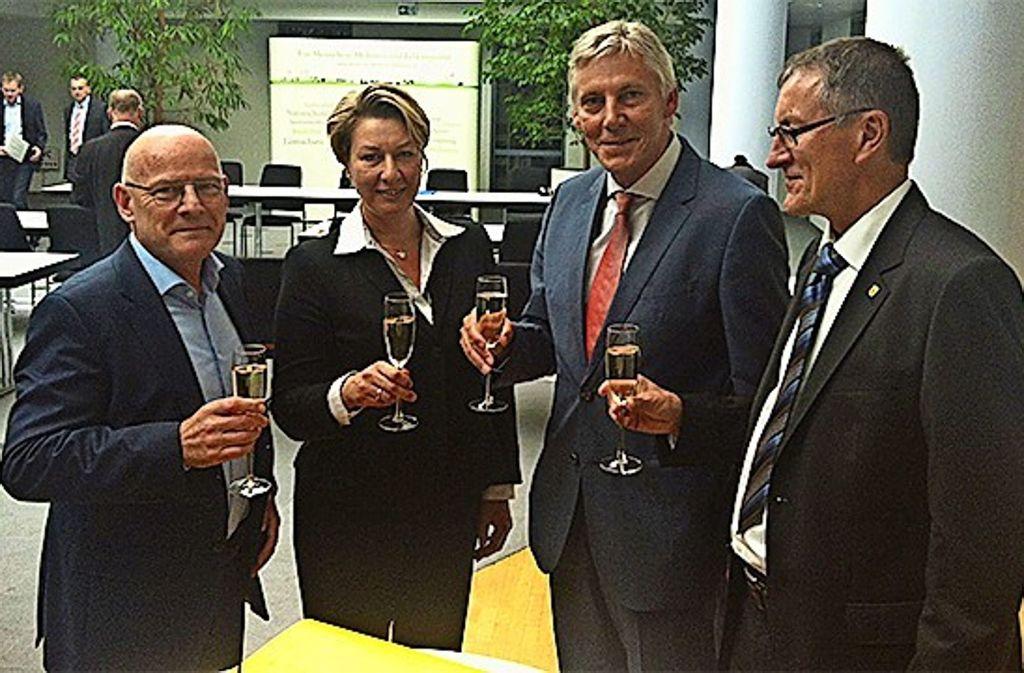 Da war noch alles gut: Verkehrsminister Hermann, Regionaldirektorin Schelling und die Landräte Riegger (Calw) und Bernhard (Böblingen) stoßen auf das Stufenkonzept an. Foto: privat