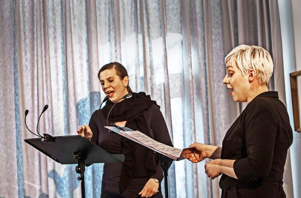 Christie Finn  (links) und Marta Hermann suchen amerikanische Spuren. Foto: Krishna Lahoti