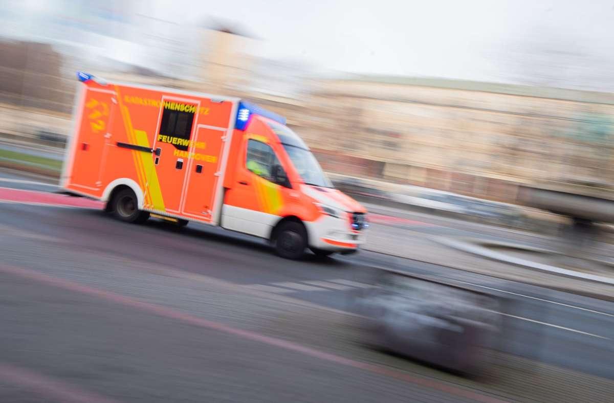 Ein Rettungswagen brachte das verletzte Mädchen in ein Krankenhaus. (Symbolbild) Foto: dpa/Julian Stratenschulte