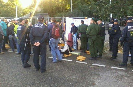 Rund 200 Demonstranten blockierten am Morgen die Zufahrt zum Grundwassermanagement. Gegen 7.15 Uhr begann die Polizei mit der Räumung. Foto: Rebecca Mueller (via Twitter)