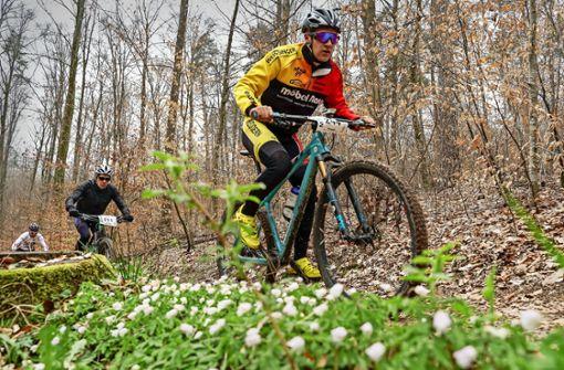 Mountainbiker rasen  bei eisigen Temperaturen durch den Wald