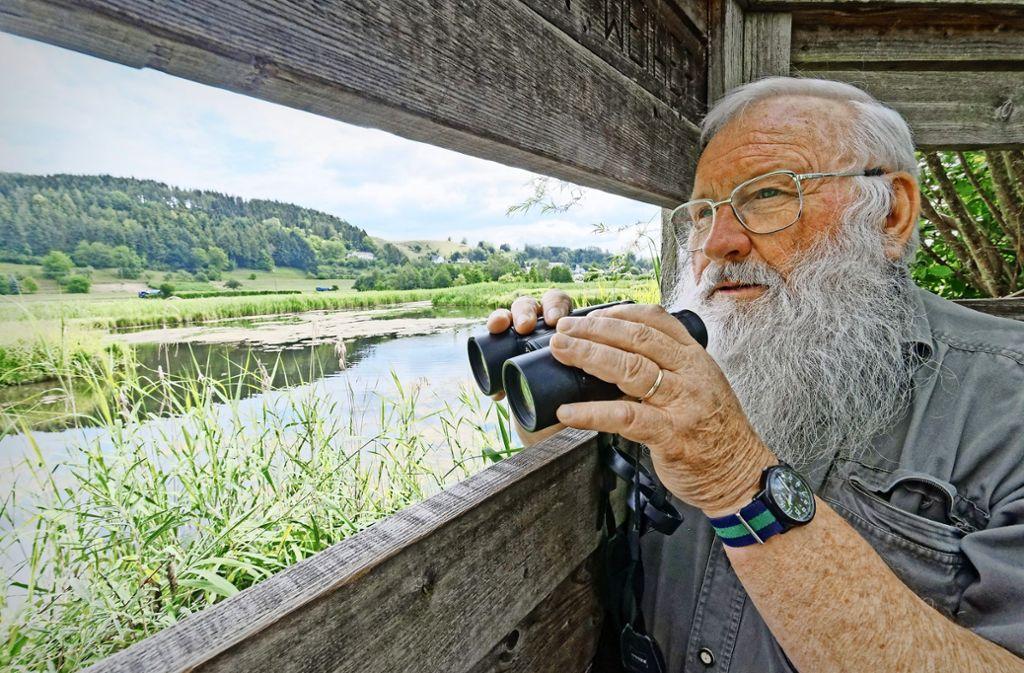 Peter Berthold hält am Heinz-Sielmann-Weiher bei Billafingen Ausschau nach seltenen Vogelarten. Foto: Uli Lancé