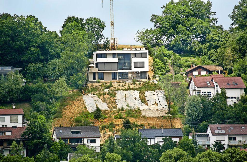 Eine  ehemalige Streuobstwiese links unterhalb des Neubaus ist zerstört. Die Eigentümer wollen dort jetzt Garagen bauen, dem steht aber der Naturschutz entgegen. Foto: Horst Rudel