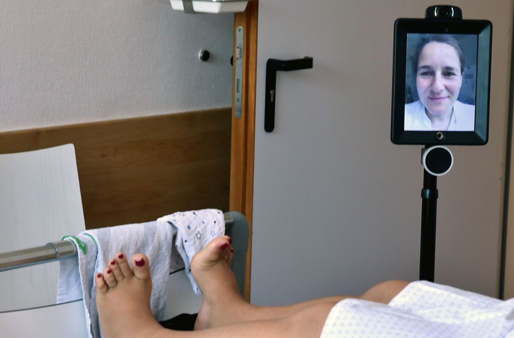 """Der Pflegeroboter """"Double Robot"""" rollt derzeit in der Klinik für Gynäkologie am Auguste-Viktoria-Klinikum durch die Flure zu den Betten. Foto: Bernd Settnik/dpa-Zentralbild"""