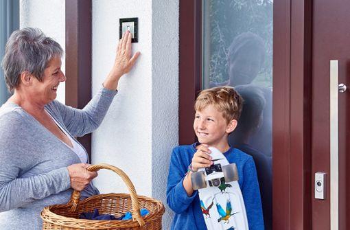 Mit einer Fingerprint-Zutrittslösung von ekey sind keine Hilfsmittel mehr nötig, um die Haustür zu öffnen. Der Finger ist, im Gegensatz zu Schlüssel, Smartphone, Codes oder Karten, immer dabei.