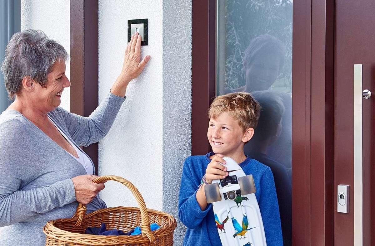 Mit einer Fingerprint-Zutrittslösung von ekey sind keine Hilfsmittel mehr nötig, um die Haustür zu öffnen. Der Finger ist, im Gegensatz zu Schlüssel, Smartphone, Codes oder Karten, immer dabei. Foto: ekey biometric systems GmbH