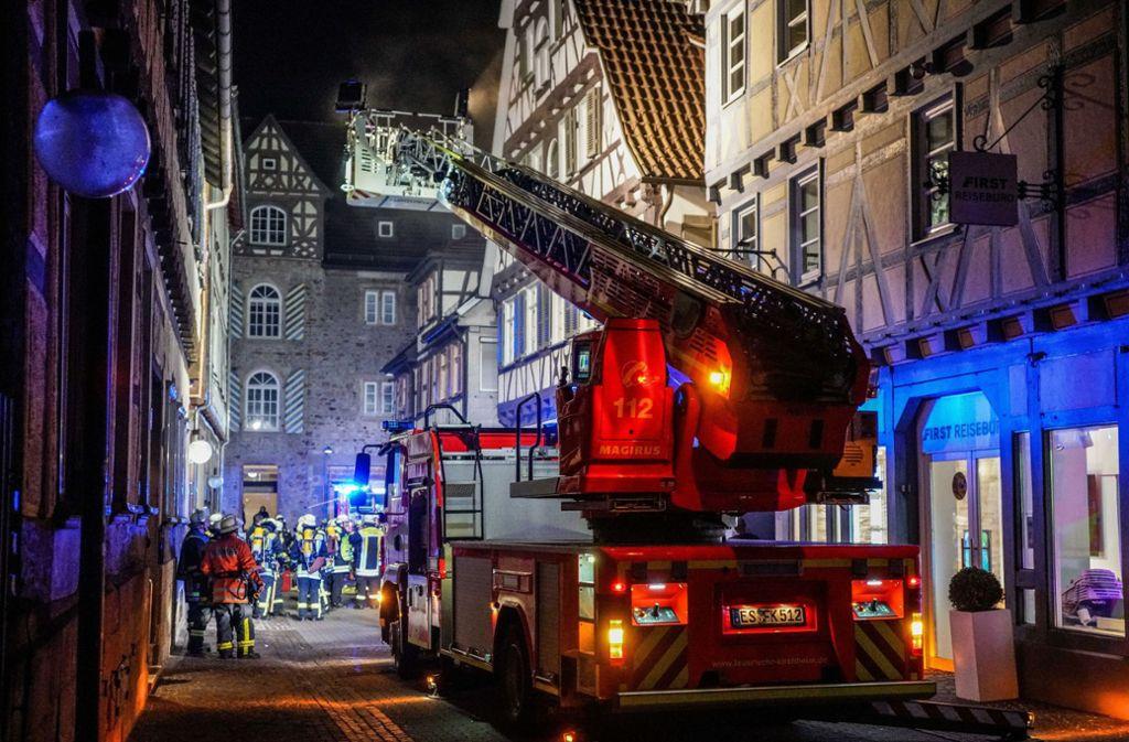 Die Feuerwehr muss eine Zwischendecke des alten Fachwerkhauses entfernen. Foto: SDMG/SDMG / Kohls