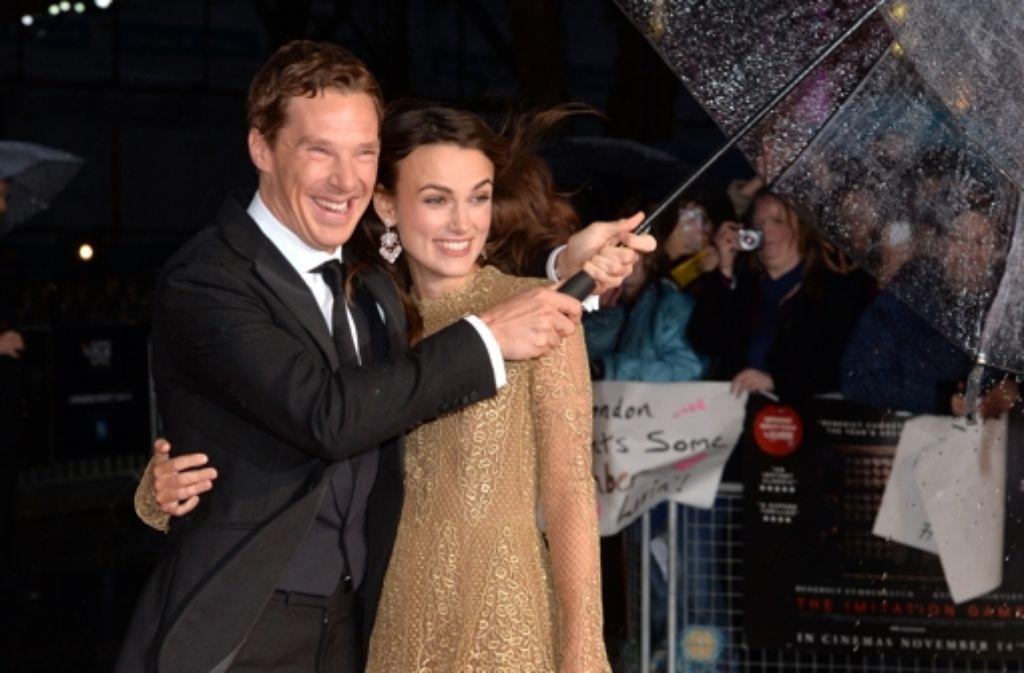 Ganz englischer Gentleman hält Benedict Cumberbatch seiner Kollegin Keira Knightley den Regenschirm. Foto: Getty Images Europe