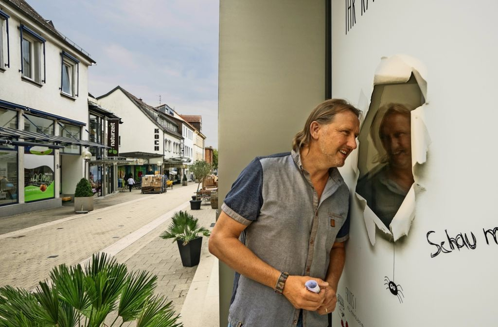 Ist der Blick in die Zukunft düster oder rosig? Der Luis-Vorsitzende Carsten Gieck vor dem einzigen unvermieteten leer stehenden Geschäft in der Seestraße. Foto: factum/Weise
