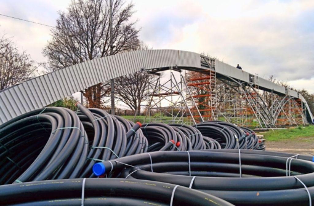 Die neue Kabelbrücke wird zurzeit auf dem Cannstatter Wasen in der Nähe des Berger Stegs montiert. Noch vor Weihnachten wird sie auf Schwimmpontons zur Gaisburger Brücke gebracht. Foto: Jürgen Brand