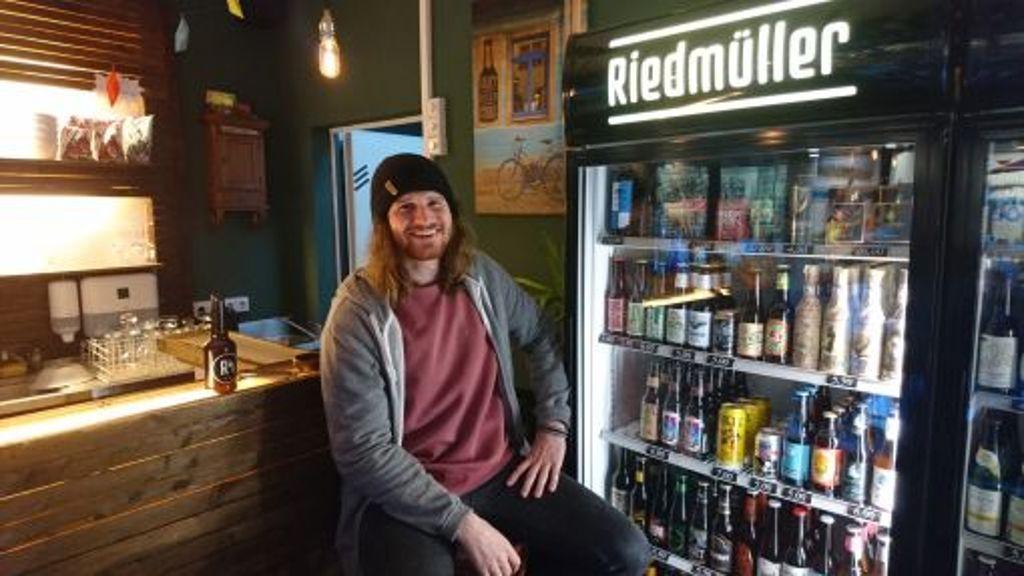Kann wahrscheinlich gar nicht nicht lächeln: Sebastian Riedmüller schließt seinen Laden im Fluxus. Foto: Björn Springorum
