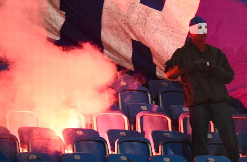 Der deutsche Staat darf aktenkundigen Fußball-Hooligans die Ausreise zu Spielen im Ausland verweigern (Symbolbild). Foto: dpa/Axel Heimken