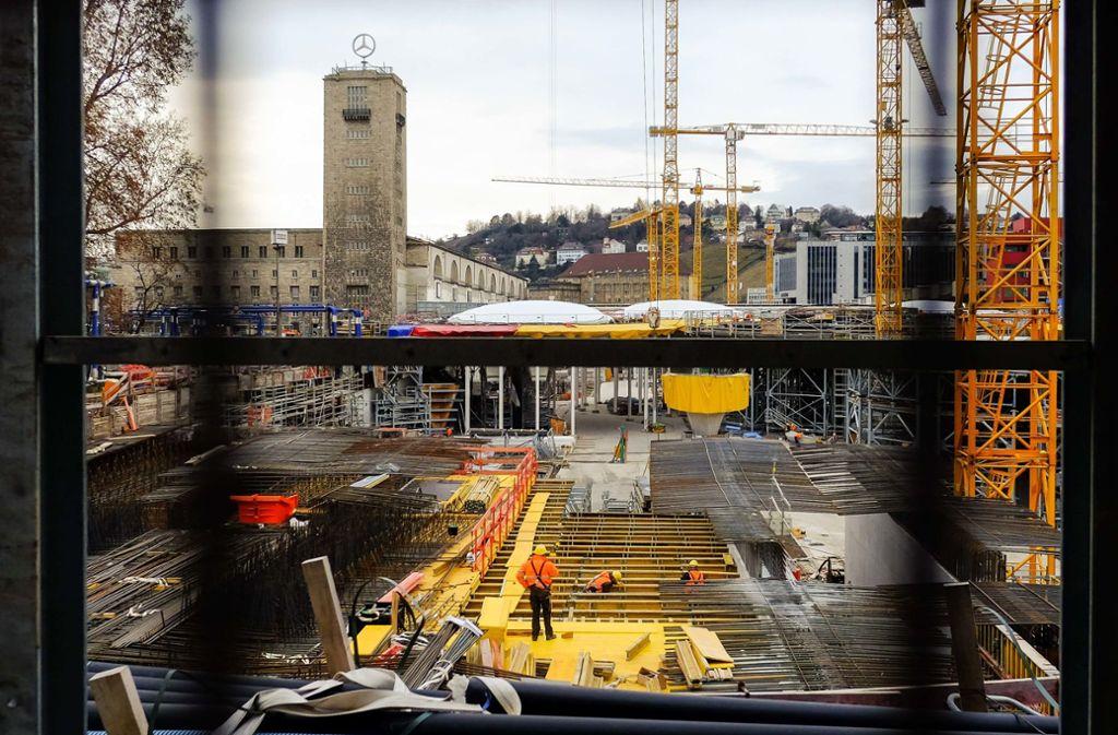 Spezialisten aus Osteuropa flechten den Stahl für den neuen Tiefbahnhof. Sie müssen mit Reisebeschränkungen zurechtkommen. Foto: Lichtgut/Max Kovalenko