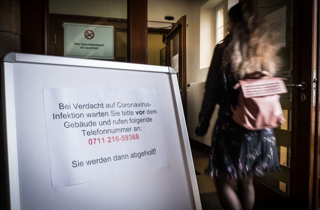 Warnhinweis vor dem Gesundheitsamt in Stuttgart. Foto: Lichtgut/Achim Zweygarth