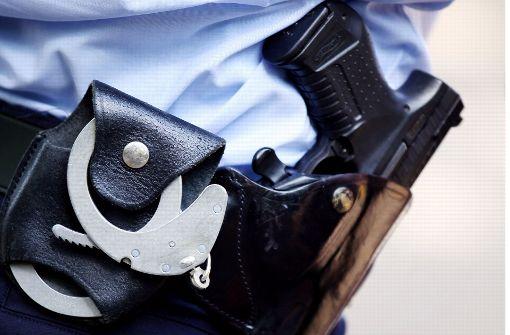 Randalierer beißt Polizisten in den Finger