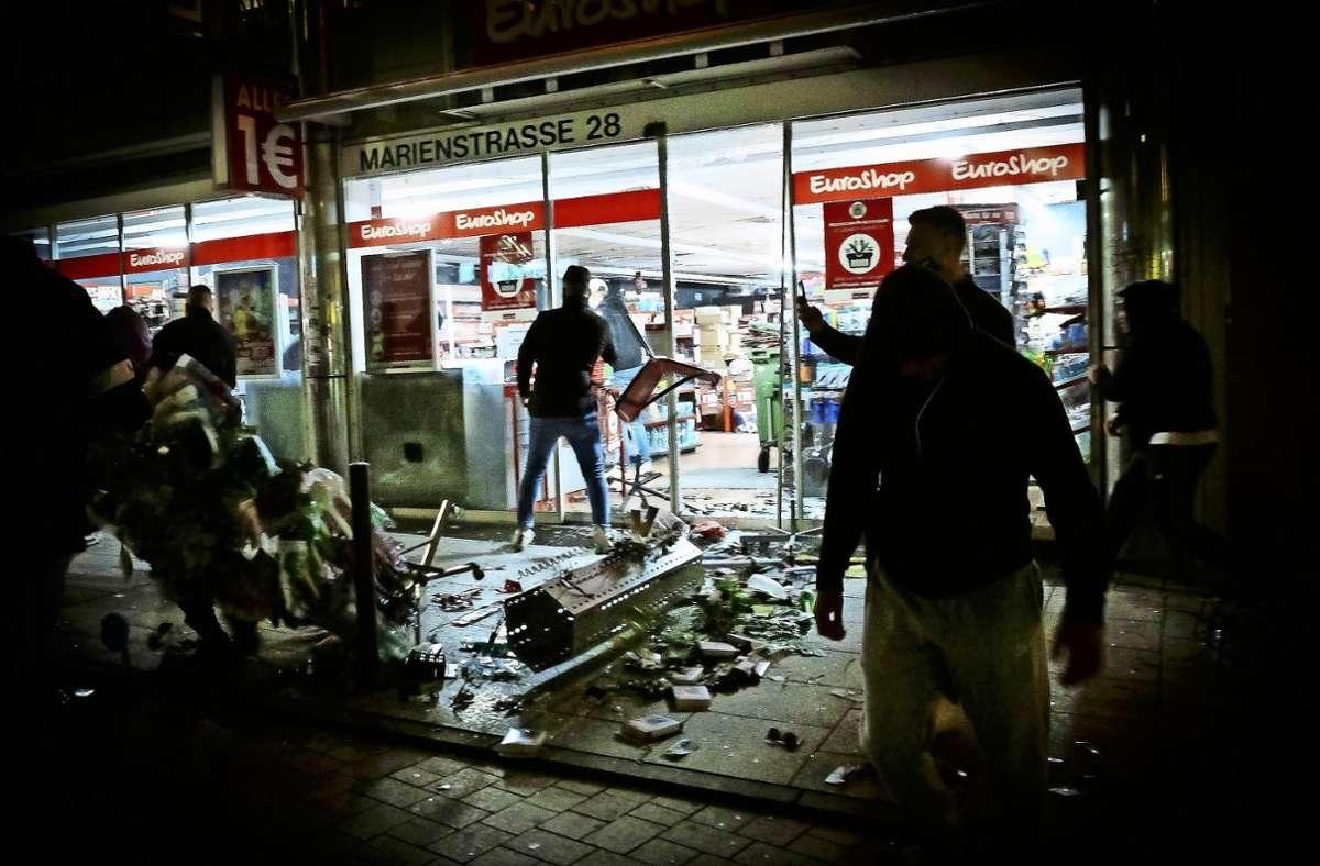 In der sogenannten Krawallnacht wurden etliche Geschäfte geplündert. Foto: dpa/Julin Rettig (Archiv)