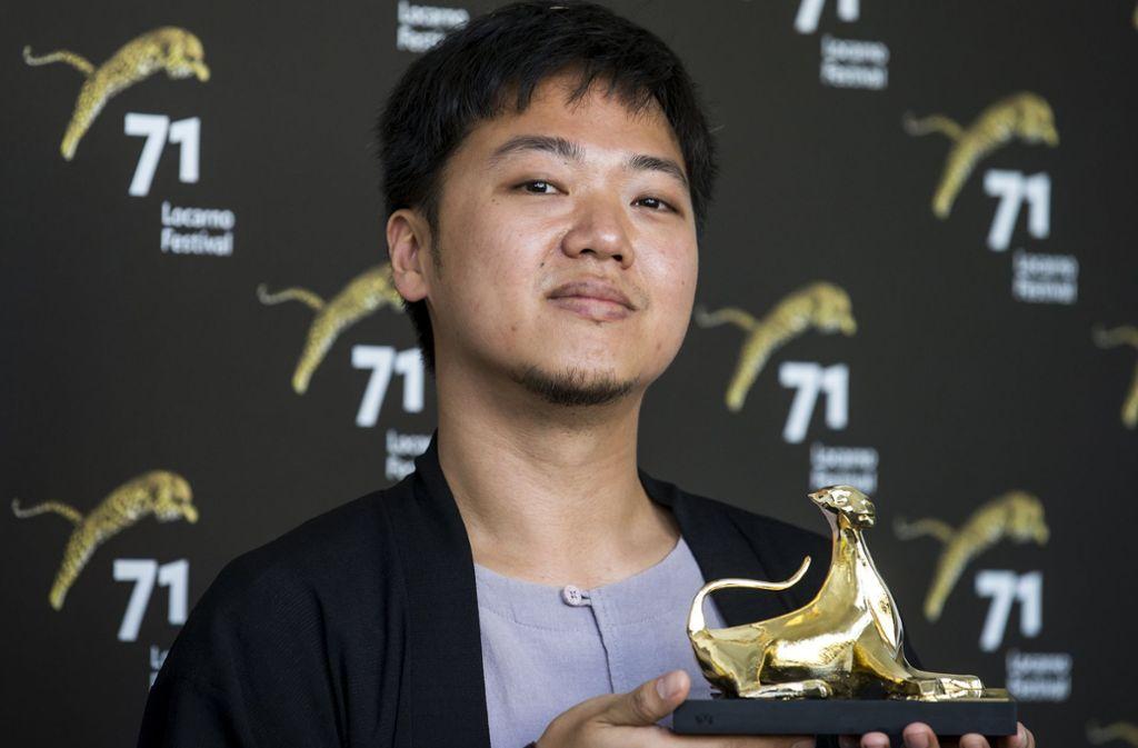 """Der Regissuer Yeo Siew Hua präsentiert stolz den """"Pardo d'oro"""", den Goldenen Leoparden  des Filmfestivals von Locarno. Foto: dpa"""