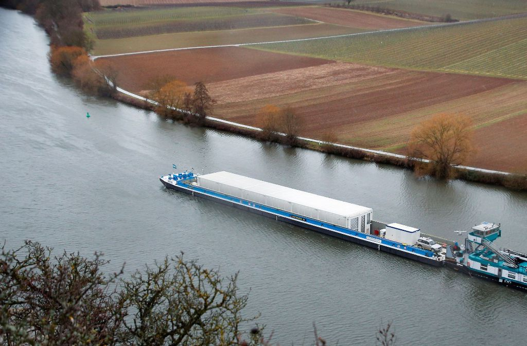 Ende Februar war es noch ein Testlauf. Bald schon aber könnten die ersten beladenen Castoren per Schiff nach Neckarwestheim gebracht werden. Foto: dpa