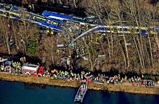 Die Züge haben sich an einer Stelle  verkeilt, wohin Einsatzwägen nur schwer  gelangen können. Hubschrauber und Boote transportieren Opfer ab Foto: dpa