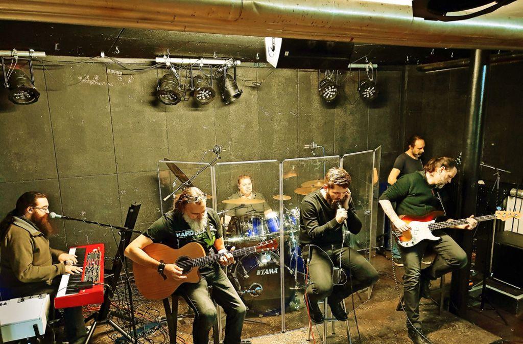 Bei ihrer Probe auf der Bühne der Krypta sind die Musiker ganz versunken in die Musik, die Stephan Romhart (Bildmitte)  geschrieben hat. Foto: StZ