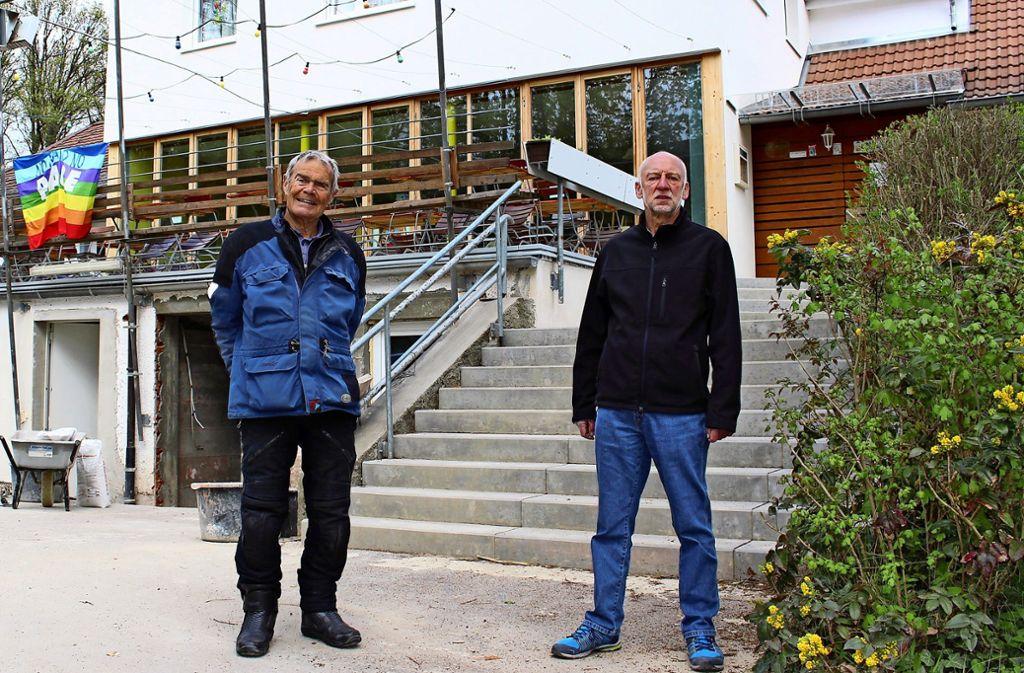 Albrecht Kotitschke und Günther Klein (v.l.) vor der Terrasse des Clara-Zetkin-Hauses, die ebenfalls neu gemacht werden musste. In den Räumen darunter arbeiten aktuell Handwerker. Foto: Caroline Holowiecki
