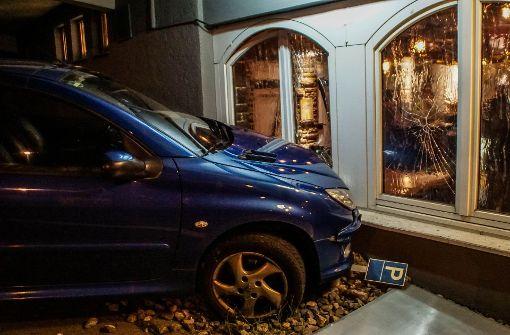 Autofahrerin kracht in Fensterscheibe