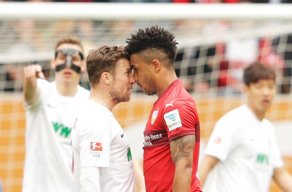 Abstiegskampf kennt keine Freunde: Daniel Didavi (re.) mit Augsburgs Daniel Baier Foto: Getty