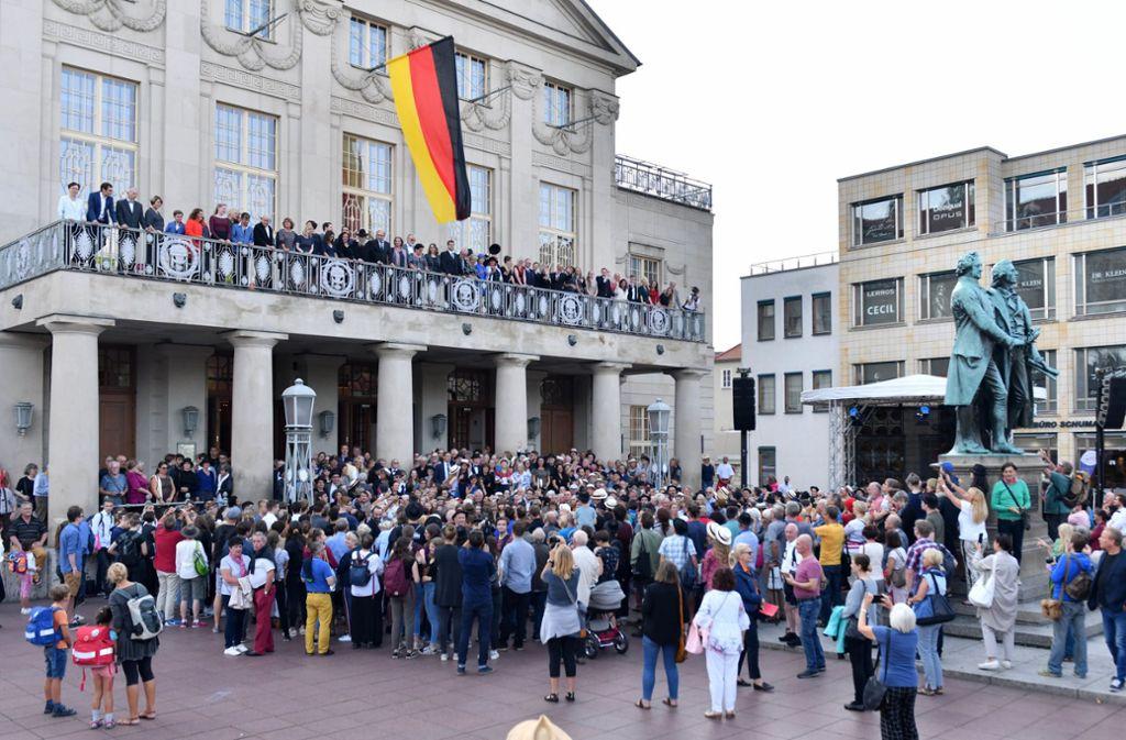 Vor dem Nationaltheater Weimar posierten Schauspieler und Laien in historischen Kostümen Foto: dpa