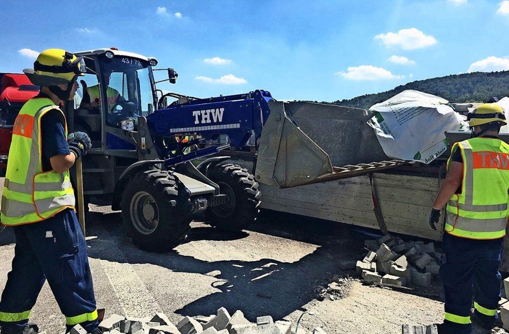 Aufräumarbeiten nach einem Unfall auf der Autobahn. Auch das gehört zu den Aufgaben des THW. Foto: THW
