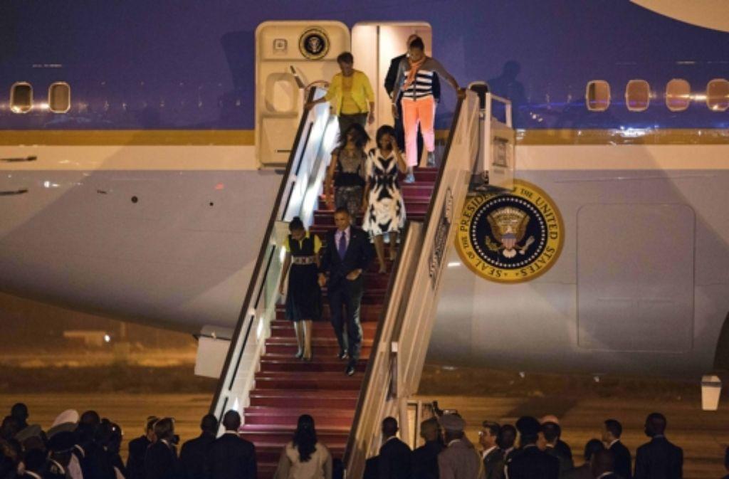 Erste Afrika-Station: die Familie Obama ist in Dakar angekommen Foto: dpa