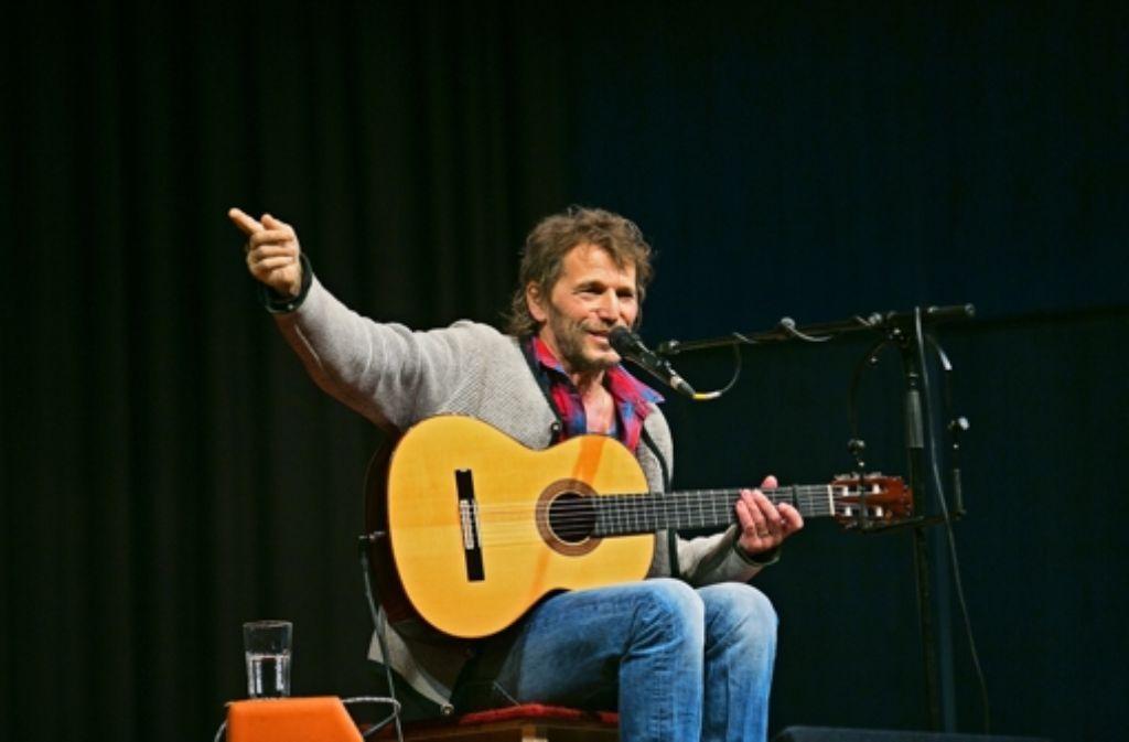 Hans Söllner nimmt mit schräg-subversivem Humor die Staatsmacht aufs Korn. Foto: Horst Rudel