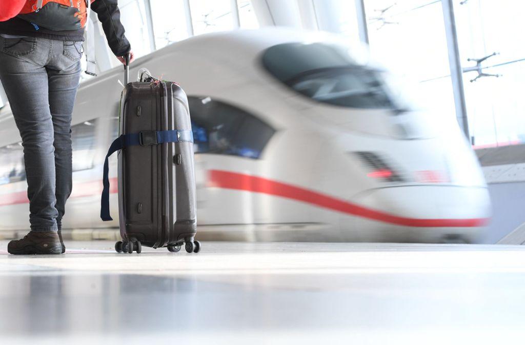 Viele Menschen nehmen den Zug zum Flughafen. Foto: dpa/Arne Dedert