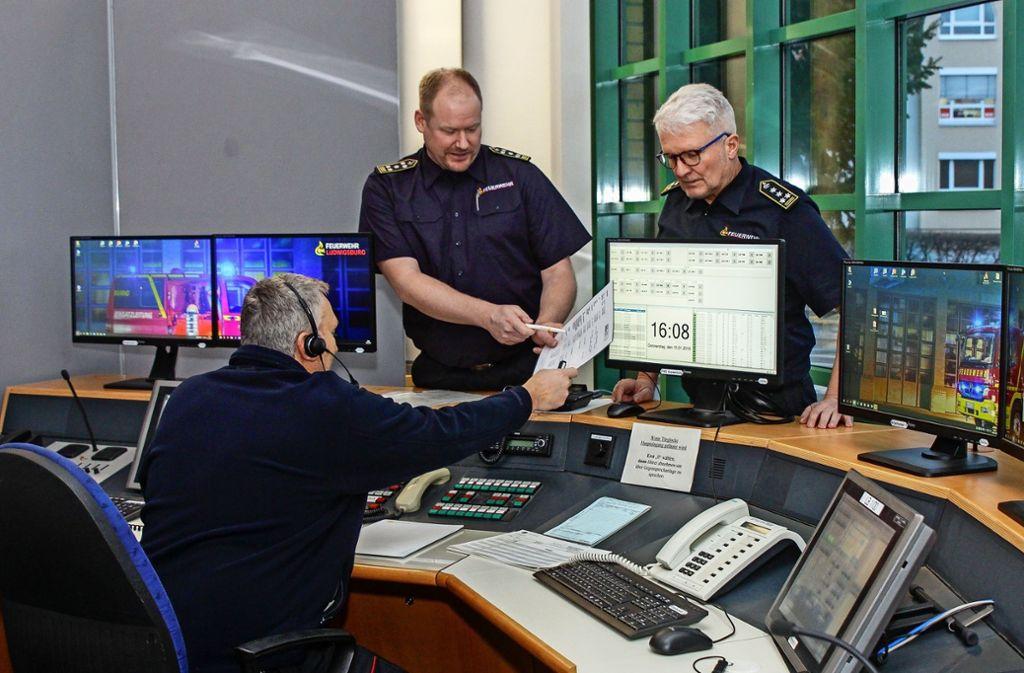 Im Krisenstab in der  Feuerwache koordiniert der Ben Bockemühl  (links) mit  Hans-Peter Peifer  die mögliche Evakuierung. Foto: factum/Bach