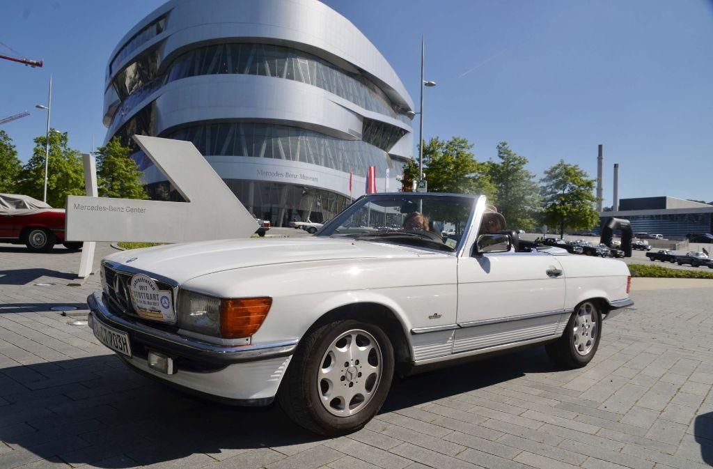 "Tradition trifft Moderne: Der ""Klassiker"" SL vor dem Mercedes-Benz-Museum in Stuttgart. Foto: Andreas Rosar Fotoagentur-Stuttg"