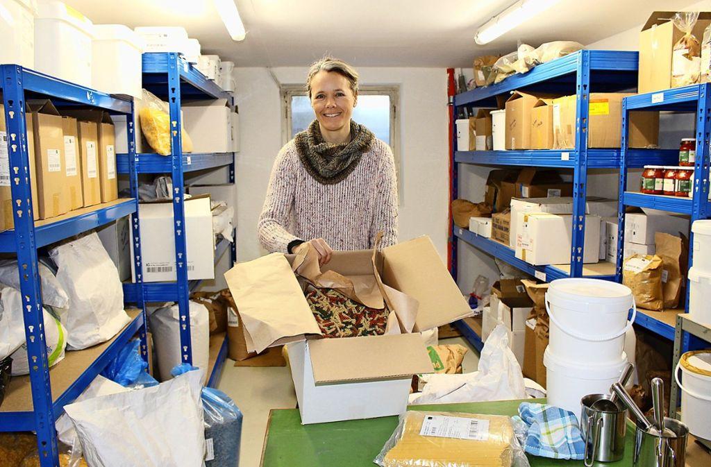 Maarit Schneider-Penna im Lager ihres Ladens: Sie sei bei den Verpackungen ständig dabei zu optimieren, sagt sie. Foto: Caroline Holowiecki