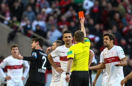 VfB-Stürmer Vedad Ibisevic sieht Rot. Weitere Eindrücke vom Spiel gegen den FC Augsburg sehen Sie in unserer Fotostrecke. Foto: dpa