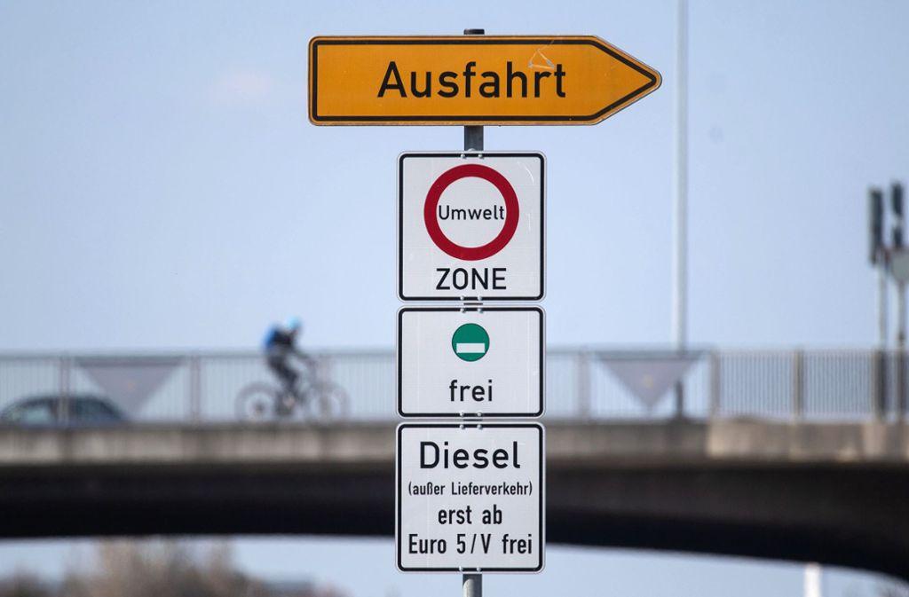 Beiläufig zu verstehen, oder nicht? Schilder für Diesel-Fahrverbot in Stuttgart Foto: dpa