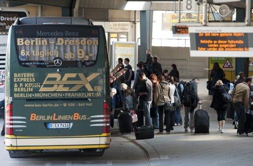Die Bahn bekommt auch im bundesweiten Fernverkehr Konkurrenz.  Ab 2013 sollen Reiseziele grundsätzlich auch mit dem Fernbus erreichbar sein. Foto: dpa