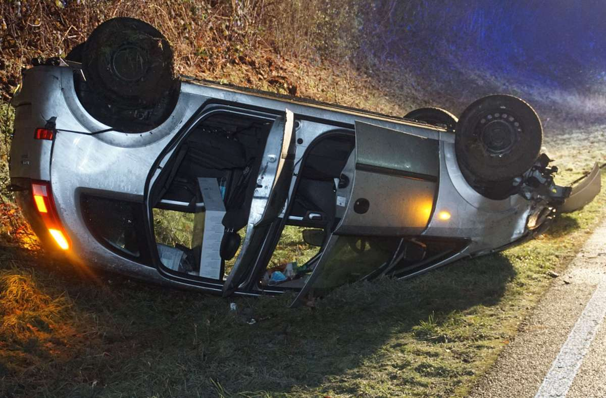 Bei einem Glätteunfall in Neulingen im Enzkreis wurde ein Autofahrer schwer verletzt. Foto: SDMG/Gress