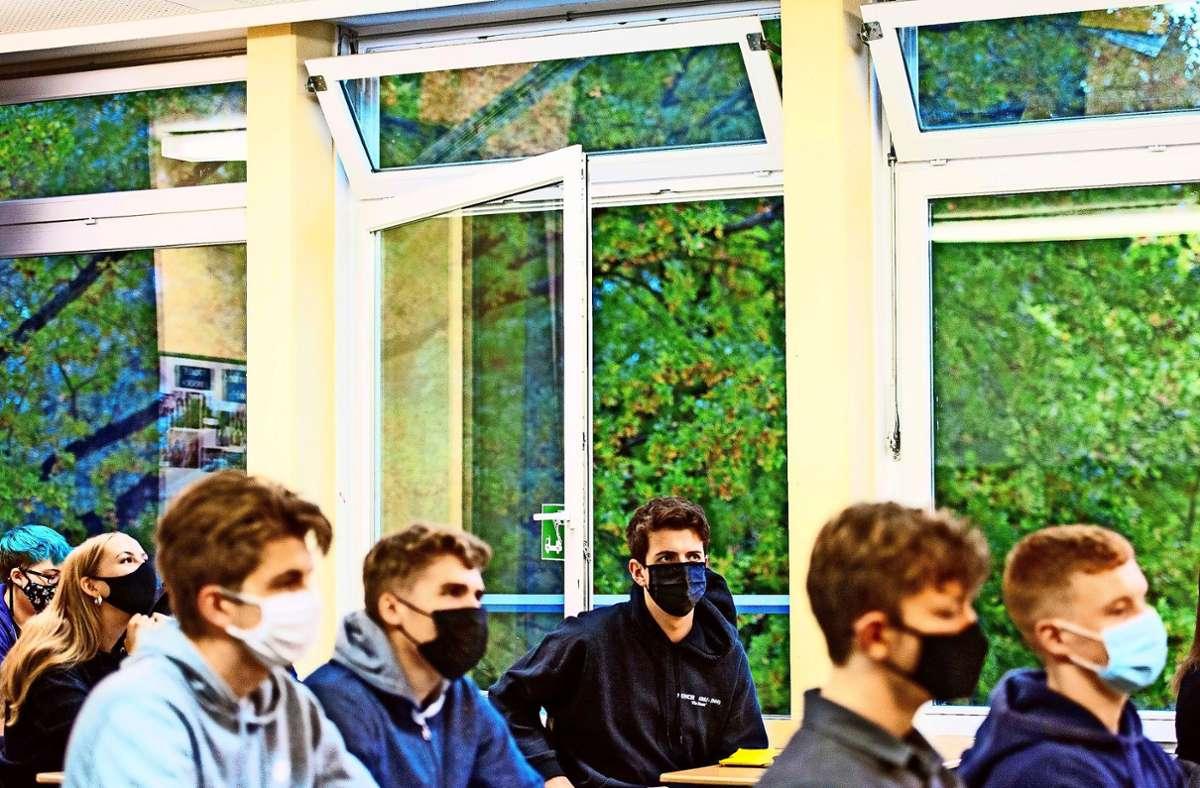 Trotz frostiger Außentemperaturen gehört das Stoßlüften von Klassenräumen weiter zum Alltag der Schüler. Foto: dpa/Daniel Bockwoldt