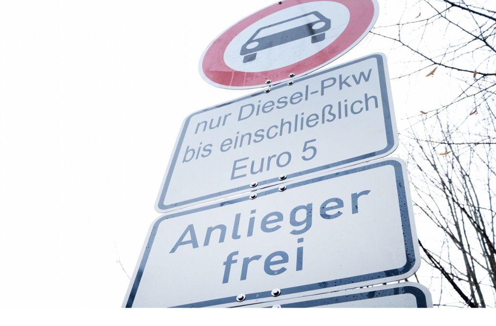 Bald könnten auch Euro-5-Diesel aus dem Großteil der Landeshauptstadt ausgesperrt werden. Das Land wendet sich dagegen. Foto: dpa/Bernd Weissbrod