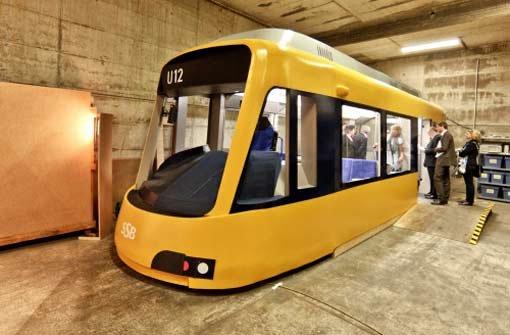 Mit rundlichem und doch schmalerem Aussehen: Das Modell der neuen Stadtbahnzüge, die von Frühjahr 2012 an fahren sollen, ist fertig. Foto: Honzera