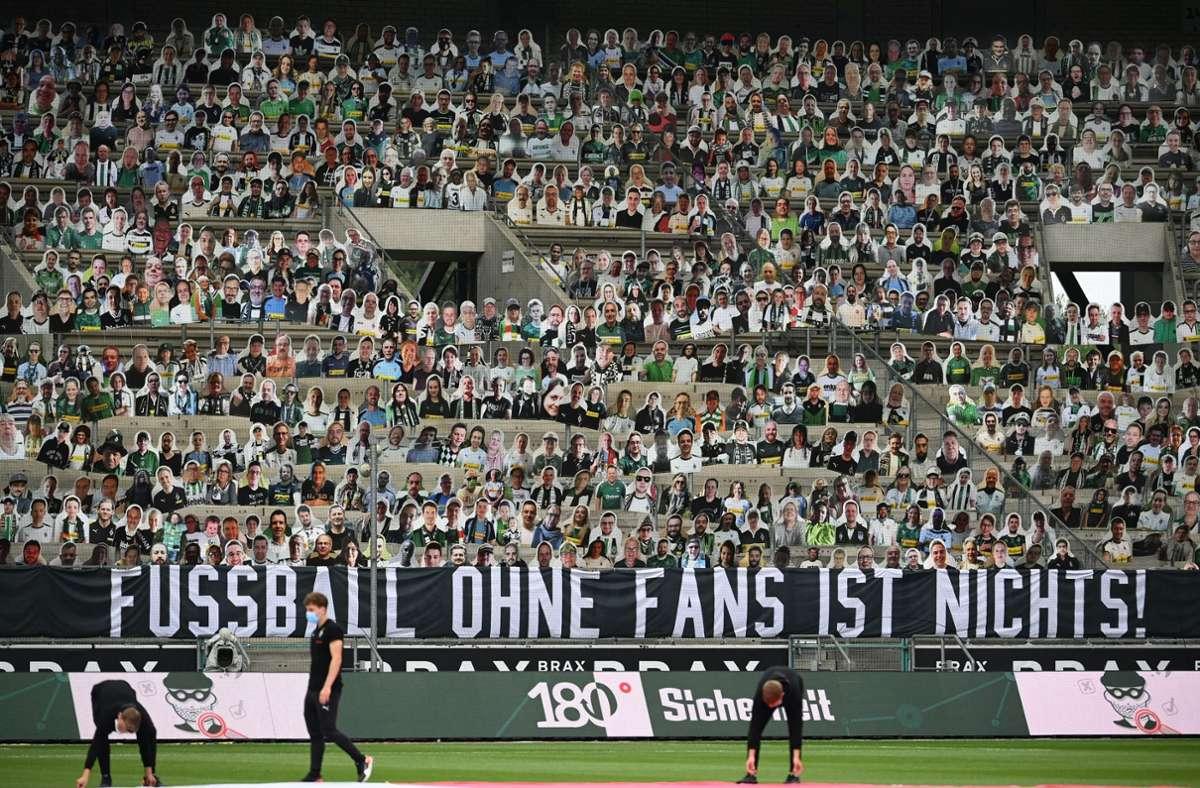 Mehr als nur Papp-Fans – die Vereine wollen die Zuschauer zurück. Foto: dpa/Federico Gambarini