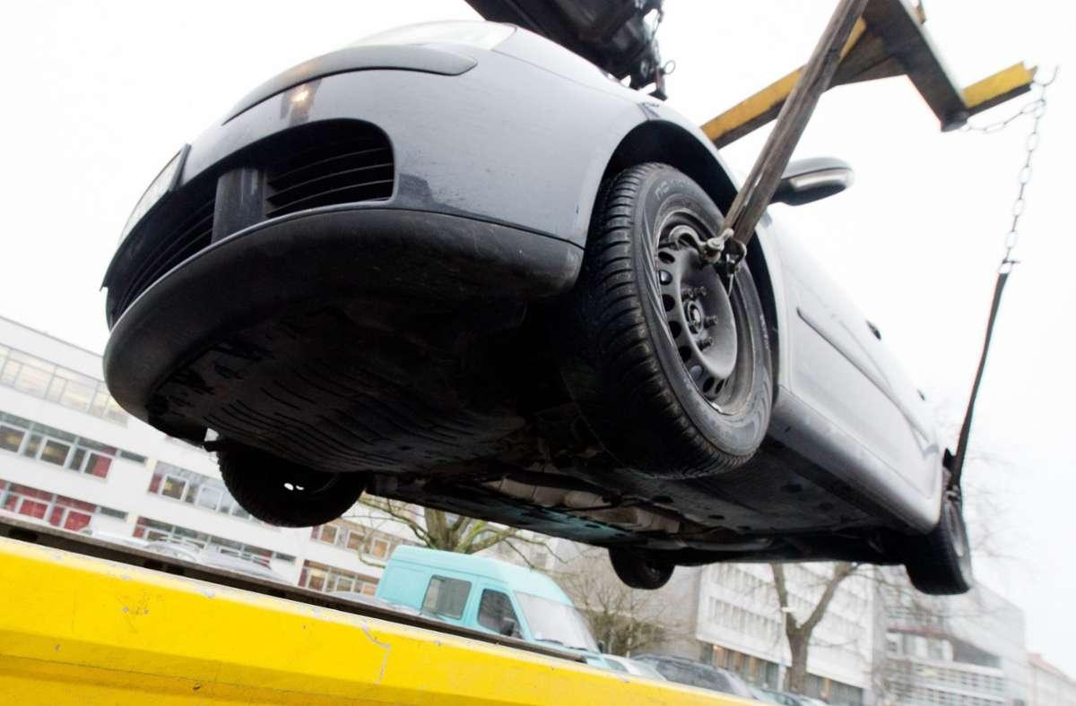 In Denkendorf wurden nach einem Unfall zwei Fahrzeuge abgeschleppt (Symbolbild). Foto: picture alliance / dpa/Julian Stratenschulte