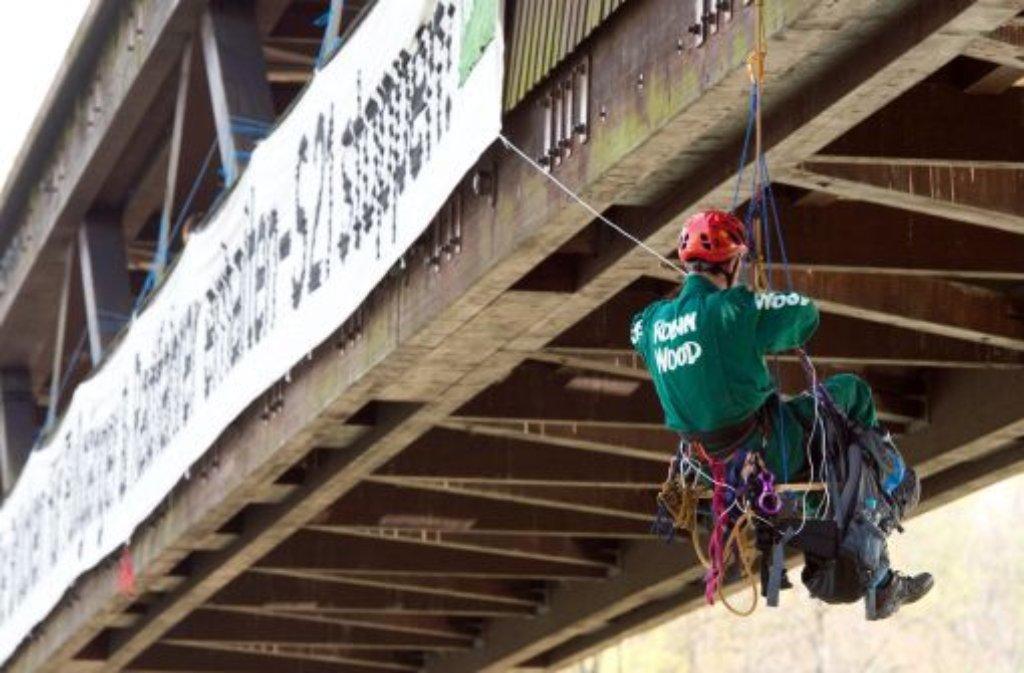 An einer Brücke über den Neckar in Stuttgart spannten Aktivisten ein 35 Meter langes Transparent, auf dem sie auch den Erhalt dreier Fußgängerbrücken forderten. Foto: dpa