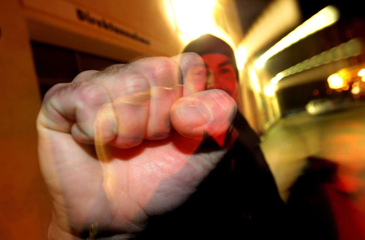 Die drei Männer schlugen dem 26-Jährigen ins Gesicht (Symbolbild). Foto: dpa/Karl-Josef Hildenbrand