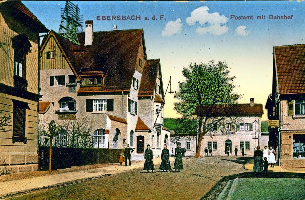 """Das Gebäude des Ebersbacher Bahnhofs (im Bildhintergrund) hat sich in den vergangenen 160 Jahren von seinem Äußeren her nur unwesentlich verändert. Die Bebauung in der Bahnhofstraße hingegen schon Eine """"Fußgängerzone"""" ist die  direkteste Verbindung aus der und in die  Kernstadt in der Zwischenzeit aber  wieder geworden. Foto: Horst Rudel"""